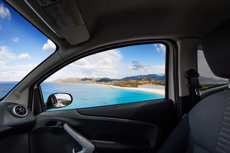 Photo pour Beach on the coast viewed from inside a car - image libre de droit