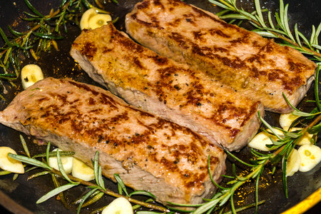 Photo pour Rosemary lamb fillet with garlic and spices - image libre de droit