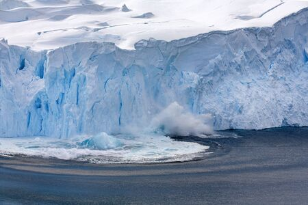 Photo pour Neko Harbor Glacier calving at Andvord Bay on the Antarctic Peninsula in Antarctica. - image libre de droit