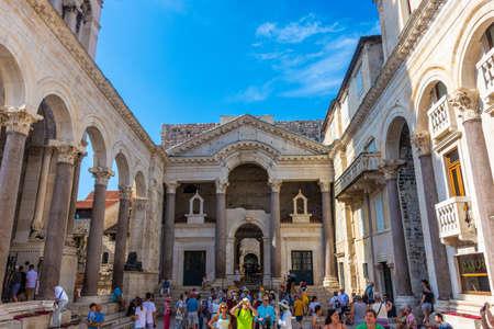 Photo pour SPLIT, CROATIA, 7 AUGUST 2019: People visiting the Diocletian Palace - image libre de droit