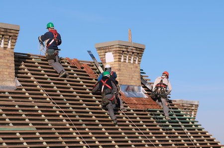 Photo pour People working on the new roof - image libre de droit