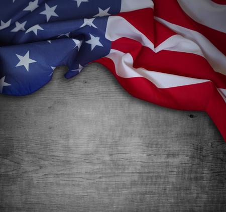 Photo pour American flag and wooden background - image libre de droit