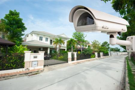 Photo pour CCTV Camera with house in background - image libre de droit