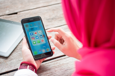 Photo pour BANGKOK, THAILAND- 10th August 2019 : Hands of Islamic woman use Iphone 7 plus with social media application of facebook, youtube, google search, instagram, twitter, linked in, line whatsapp, and pinterest - image libre de droit