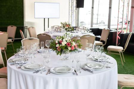 Photo pour Serving a round table in the restaurant for several people. Selective focus. - image libre de droit
