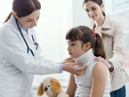 Photo pour Doctor visiting a young girl with orthopedic cervical collar, first aid and treatment concept - image libre de droit