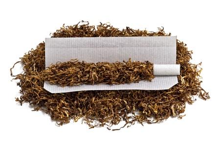 Photo pour Rolling cigarette and tobacco - image libre de droit