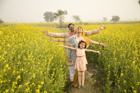 Foto per Rural Indian family in agricultural field - Immagine Royalty Free