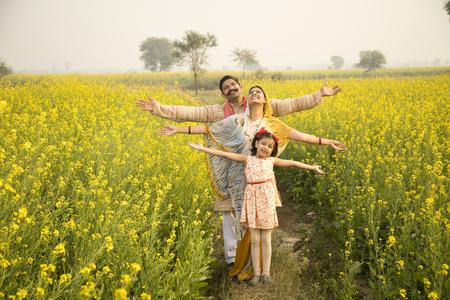 Foto de Rural Indian family in agricultural field - Imagen libre de derechos