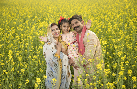 Photo pour Rural Indian family in agricultural field - image libre de droit