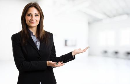 Photo pour Business woman showing the copyspace using her hands - image libre de droit