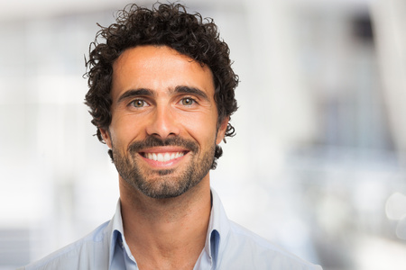 Photo pour Close-up portrait of a smiling man - image libre de droit