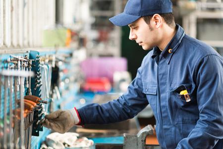 Foto de Portrait of a worker searching for the right tool - Imagen libre de derechos