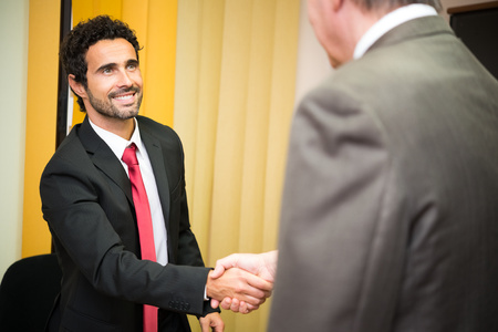 Photo pour Business people shaking their hands - image libre de droit