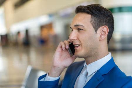 Photo pour Businessman talking on the cellphone - image libre de droit
