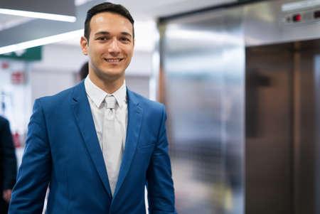 Photo pour Businessman and elevator - image libre de droit