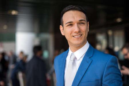 Photo pour Smiling young businessman portrait - image libre de droit