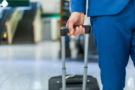 Photo pour Man at the airport - image libre de droit