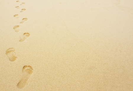 Foto de Footprints in the sand background great for vacation adverts - Imagen libre de derechos