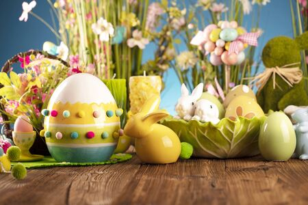 Photo pour Happy Easter background. Bouquet of spring flowers. Easter decorations and Easter eggs in basket on rustic wooden table. - image libre de droit