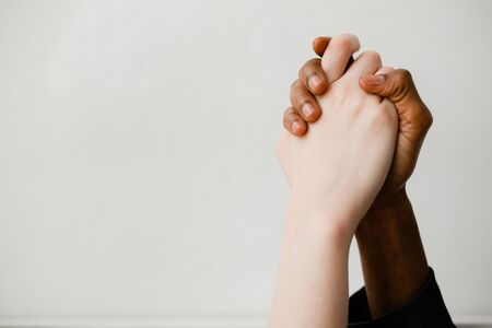 Photo pour The fight against racism. Two hands of different nationalities compress each other as a sign of support and solidarity. - image libre de droit