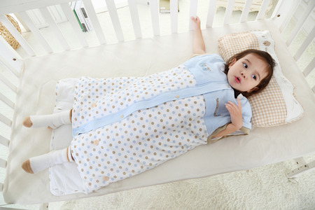 Photo pour the little girl was lying in bed in her sleeping bag - image libre de droit