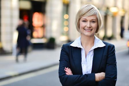 Photo pour Confident corporate lady posing outdoors - image libre de droit