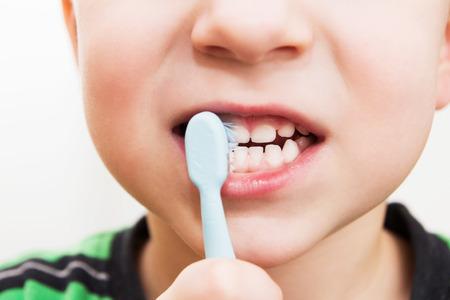 Photo pour child's teeth with a toothbrush - image libre de droit