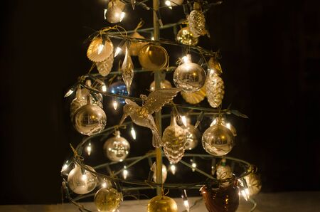 Photo pour Christmas tree with golden decorations and lights. Holiday background. - image libre de droit