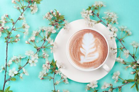 Photo pour coffee cup with latte art and spring cherry blossom - image libre de droit