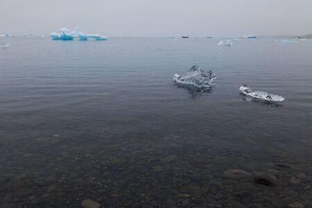 Photo pour Bizarre ice floes of Iceberg lagoon jokulsarlon on the south of Iceland. - image libre de droit