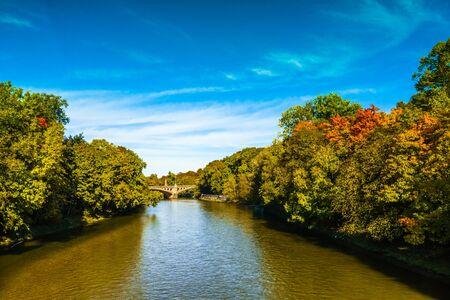 Foto de View on colorful trees n Autumn at the Isar in Munich - Imagen libre de derechos