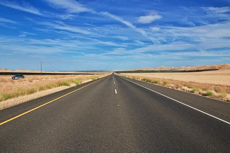 Photo pour Road on fields of California, USA - image libre de droit