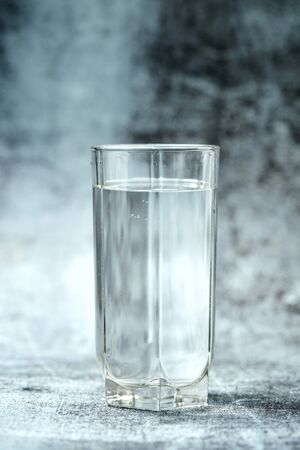 Photo pour Glass of pure water on the grey background - image libre de droit