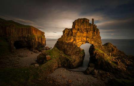 Photo pour Carsaig Arches - rocks formation in sunset light, Isle of Mull, Scotland - image libre de droit