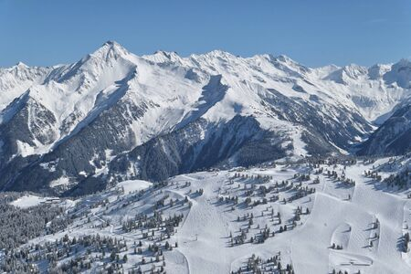 Photo pour Panorama of winter Tyrol Alps in Austria. Ski slopes in Zillertal Valley. - image libre de droit