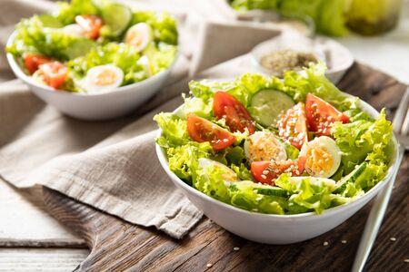 Photo pour Tasty salad of fresh vegetables with quail eggs. Diet concept - image libre de droit