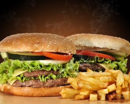 Humeantes hamburguesas.