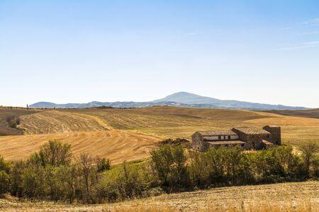 Foto per casa colonica in mezzo a campi coltivati - Immagine Royalty Free