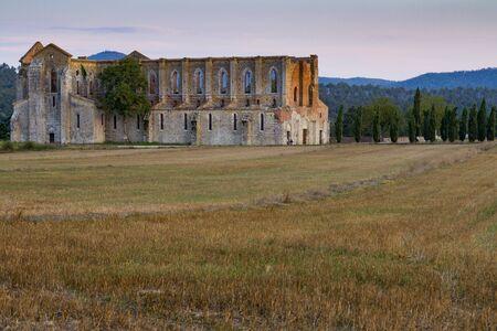 Foto per Abbazia abbandonata nel cuore della campagna toscana - Immagine Royalty Free