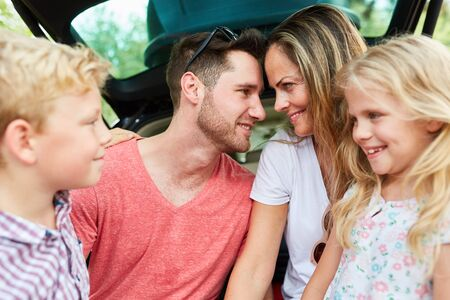 Photo pour Parents couple in loving harmony together with two children on vacation trip - image libre de droit