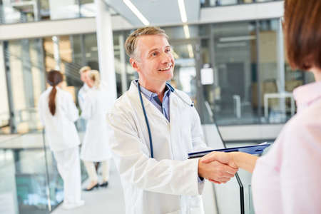 Photo pour Doctor greets a patient with handshake as a greeting or thanks - image libre de droit