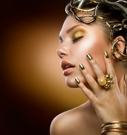 Photo pour Golden Makeup  Fashion Girl Portrait  - image libre de droit