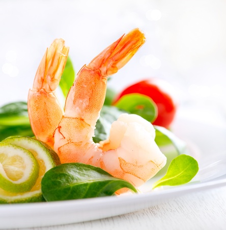Foto de Prawn salad  Healthy Shrimp Salad with mixed greens and tomatoes  - Imagen libre de derechos