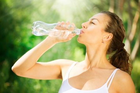 Foto de Healthy and Sporty Young Woman Drinking Water from the bottle  - Imagen libre de derechos