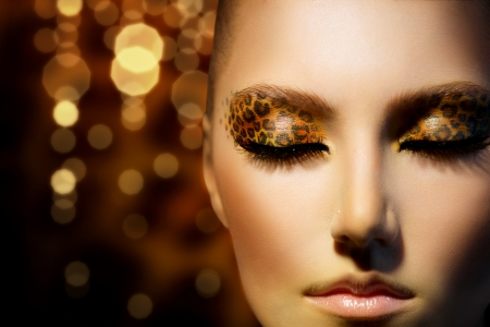 Photo pour Beauty Fashion Model Girl with Holiday Leopard Makeup  - image libre de droit