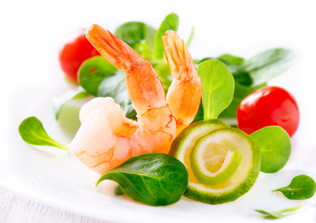 Foto de Prawn salad  Healthy shrimp salad with mixed greens - Imagen libre de derechos