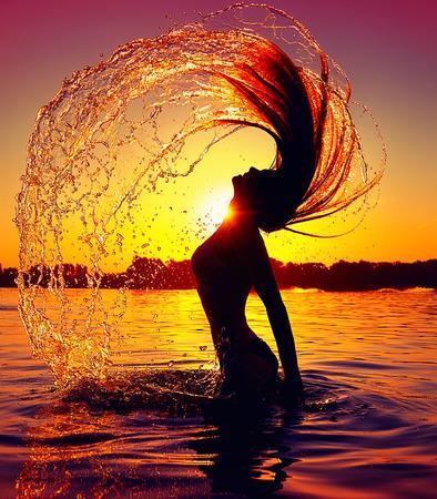 Foto de Beauty model girl splashing water with her hair - Imagen libre de derechos