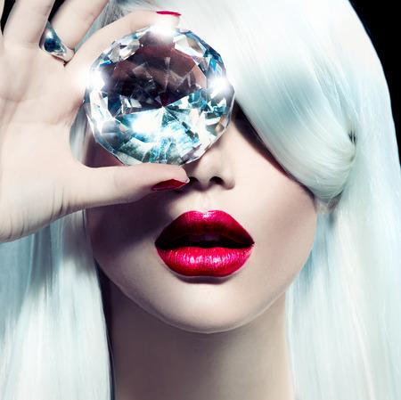 Photo pour Portrait of beauty model girl with a big diamond - image libre de droit