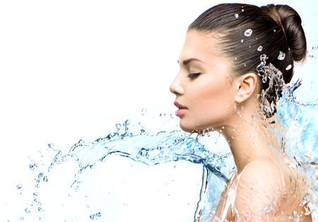 Photo pour Beautiful model woman with splashes of water in her hands - image libre de droit